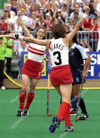 Manchester United Kingdom : Englands Captain Helen Grant (3) Celebrates Scoring in the Women Field Hockey Final Match Against India 03 August 2002 at the 17th Commonwealth Games in Manchester India Led 2-1 at Half Time