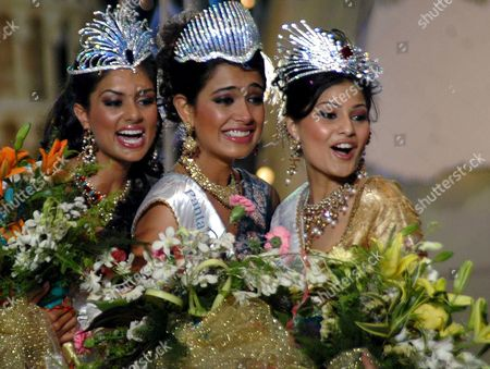Miss India Universe Sarah Jane Dias (center) with Miss India Earth Pooja Chitgopikar (left) and Miss India World Pooja Gupta Poses After the Crowning Ceremony of the Beauty Pageant Contest Miss India in Mumbai on 8 March 2007 Late Evening Around 25 Contestants From All Over the Country Participated in This Yearly Event of Miss India India Mumbai