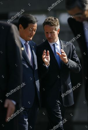 South Korean Minister of Strategy and Finance Yoon Jeung-hyun (l) Talks with Us Secretary of the Treasury Timothy F Geithner Before Group Photos of Finance Ministers From 21 Countries and Leaders From International Organizations During the Asia-pacific Economic Cooperation (apec) Finance Ministers' Meeting in Kyoto Japan 06 November 2010 Japan Kyoto