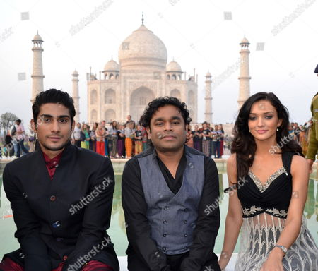 Indian Music Director Ar Rahman (c) Poses with Cast Members of the Upcoming Bollywood Movie 'Ekk Deewana Tha' Prateik Babbar (l) and Amy Jackson (r) at the Historical Taj Mahal in Agra India 21 December 2011 Rahman Babbar and Jackson Were in the City For the Music Release of the Movie 'Ekk Deewana Tha' India Agra