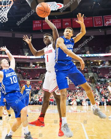 Ohio State Buckeyes forward Jae'Sean Tate (1) fights for the ball against North Carolina-Asheville Bulldogs guard Raekwon Miller (12) in their game at Value City Arena in Columbus, Ohio