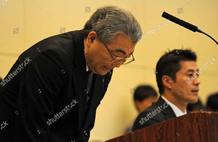 Toshio Nishizawa (l) President of Tokyo Electric Power Co (tepco) Bows During a Press Conference at the Tokyo Electric Power Co (tepco) Headquarters in Tokyo Japan 16 December 2011 a Cold Shutdown Has Been Achieved at a Japanese Nuclear Plant Damaged in an Earthquake and Tsunami After Nine Months of Efforts to Bring the Facility Under Control the Government Said a Cold Shutdown Means No Nuclear Reactions Are Occurring at the Fukushima Daiichi Nuclear Station 250 Kilometres North-east of Tokyo and Little Radiation is Leaking Into the Environment It Marks an End to the Emergency Phase of Japan's Worst Nuclear Disaster and the Start of the Clean-up and Scrapping of the Reactors Japan Tokyo