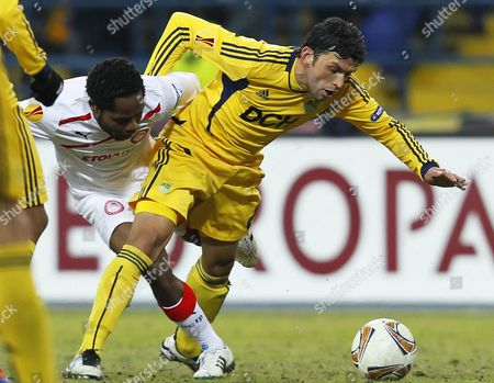 Edmar (r) of Metalist Kharkiv Vies For the Ball with Jean Makoun (l) of Olympiacos Piraeus During Their Uefa Europa League Round of 16 First Leg Soccer Match in Kharkiv Ukraine 08 March 2012 Olympiacos Won 1-0 Ukraine Kharkiv