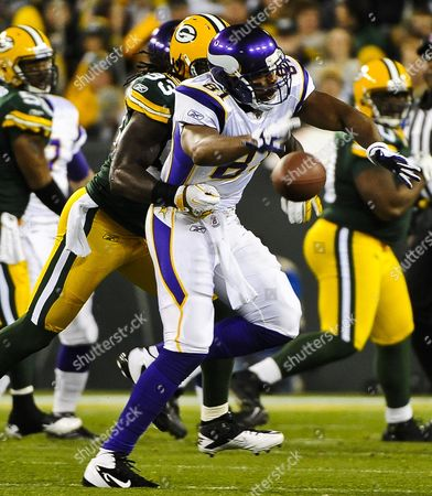 Minnesota Vikings Tight End Visanthe Shiancoe (r) Fails to Hold Onto a Pass As Green Bay Packers Linebacker Erik Walden (l) Defends in the First Quarter of Their Nfl American Football Game at Lambeau Field in Green Bay Wisconsin Usa 14 November 2011 United States Green Bay