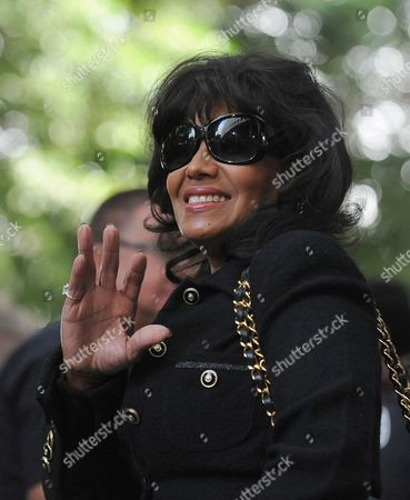 Rebbie Jackson a Relative of the Late Singer Michael Jackson Waves As She Leaves the Courthouse After the Sentencing of Dr Conrad Murray who was Convicted of Involuntary Manslaughter For the Death of Pop Singing Legend Michael Jackson at the Los Angeles Superior Courthouse in Los Angeles California Usa 29 November 2011 Murray was Sentenced to the Maximum Four Years in the Death of Michael Jackson United States Los Angeles