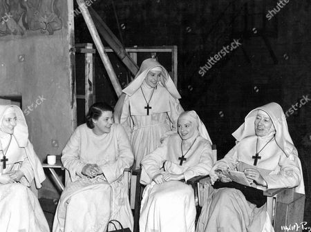 Stock Image of 'Black Narcissus'   Film Behind the scenes with L-R seated.Kathleen Byron, Judith Furse Deborah Kerr and Flora Robson