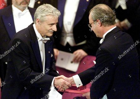 Stockholm Sweden : Leland Hartwell (l) From the Fred Hutchinson Cancer Research Centre Seattle Receives the Nobel Prize in Medicine From King Carl Xvi Gustaf of Sweden (r) Before a Gathering of More Than 170 Laureates Invited For the Nobel Centennial at the Concert Hall in Stockholm on Monday 10 December 2001 Leland Won the Prize Jointly with Britains Sir Paul Nurse and Tim Hunt For Their Work in Key Regulators of the Cell Cycle in the Nobel 100th Anniversary Year