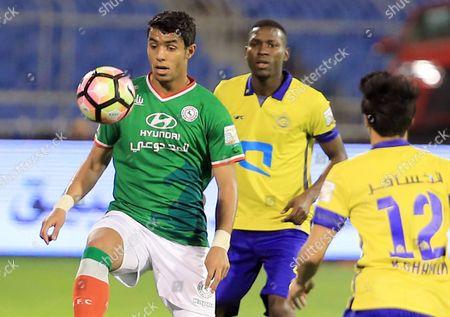 Al-Ettifaq player Hasan Al-Habib (L) in action for the ball with Al-Nassr player Omar Hawsawi(R) during the Saudi Professional League soccer match between Al-Nassr and Al-Ettifaq at Prince Faisal bin Fahd Stadium in Riyadh, Saudi Arabia, 1 January 2017.