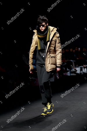A Model Wears a Creation Designed by Choi Bum-suk During the 2012-2013 Fall/winter Seoul Fashion Week in Seoul South Korea 03 April 2012 Seoul Fashion Week Takes Place From 02 to 07 April 2012 Korea, Republic of Seoul