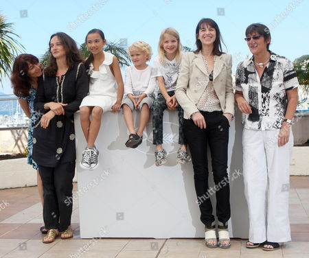 French Director Julie Bertuccelli (2-l) Actress Zoe Boe (3-l) Actor Gabriel Gotting (c) Actress Morgana Davies (3-r) French Actress Charlotte Gainsbourg (2-r) and Producers Pose During the Photocall of the Movie 'The Tree' During the 63rd Cannes Film Festival in Cannes France 23 May 2010 the Movie by Julie Bertuccelli is Presented out of Competition at the Cannes Film Festival 2010 Running From 12 to 23 May France Cannes