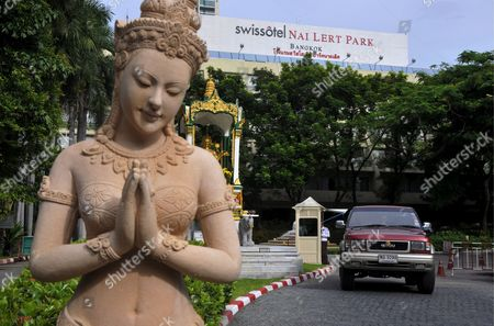 A Thai Statue As a Car Leaves Through the Entrance of the Five-star Swissotel Nai Lert Park Hotel in Bangkok Thailand 05 June 2009 where Us Actor David Carradine was Found Dead in the Wardrobe of His Hotel Suite the Body of Carradine 72 who First Shot to Fame in the Kung Fu Television Series was Found in the Closet of His Suite at the Five-star Swissotel Nai Lert Park 04 June by a Hotel Maid Police Said Carradine was in Bangkok Shooting a Film Colleagues Became Concerned when He Failed to Show Up For a Dinner Wednesday Night and They Could not Reach Him by Telephone in His Room Carradine Recently Starred in Quentin Tarantino's Two-part Movie Kill Bill His First Major Role was As the Fugitive Half-chinese Shaolin Monk Kwai Chang Caine in the 1970s Tv Drama Kung Fu Thailand Bangkok