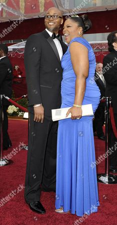 Us Actress Mo'nique (r) and Husband Sidney Hicks (l) Arrive on the Red Carpet For the 82nd Academy Awards at the Kodak Theatre in Hollywood California Usa 07 March 2010 the Academy Awards Honor Excellence in Cinema Mo'nique Wears a Dress by Tadashi Shoji Jewelry by Chopard and a Clutch by Swarovski United States Hollywood