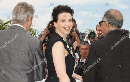 (l-r) British Opera Singer William Shimell French Actress Juliette Binoche and Iranian Director Abbas Kiarostami Pose During the Photocall of the Movie 'Copie Conforme' (certified Copy) During the 63rd Cannes Film Festival in Cannes France 18 May 2010 the Movie by Abbas Kiarostami is Presented in Competition at the Cannes Film Festival 2010 Running From 12 to 23 May France Cannes