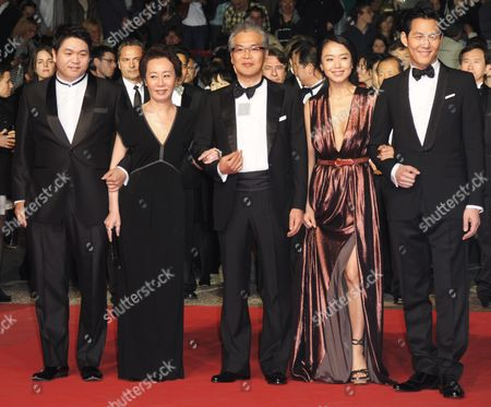 South-korean Director Im Sang-soo (c) Arrives with South-korean Actors and Cast Members Jeon Do-youn (2-r) Lee Jung-jae (r) Youn Yuh-jung (2-l) and Producer Jason Chae (l) For the Screening of the Movie 'The Housemaid' During the 63rd Cannes Film Festival in Cannes France 14 May 2010 the Movie by Im Sang-soo is Presented in Competition at the Cannes Film Festival 2010 Running From 12 to 23 May France Cannes