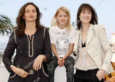 (l-r) French Director Julie Bertuccelli Actress Morgana Davies and French Actress Charlotte Gainsbourg Pose During the Photocall of the Movie 'The Tree' During the 63rd Cannes Film Festival in Cannes France 23 May 2010 the Movie by Julie Bertuccelli is Presented out of Competition at the Cannes Film Festival 2010 Running From 12 to 23 May France Cannes