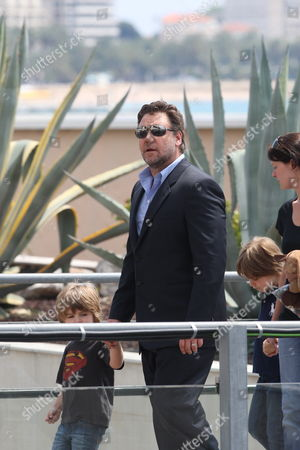 Australian Actor Russell Crowe (c) Arrives with His Son Tennyson (l) at the Photocall of the Movie 'Robin Hood' During the 63rd Cannes Film Festival in Cannes France 12 May 2010 the Movie Directed by English Director Ridley Scott is Presented out of Competition at the Cannes Film Festival 2010 Running From 12 to 23 May France Cannes