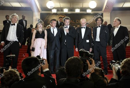 Us Actor Judd Hirsch (r) Italian Director Paolo Sorrentino (c) Irish Actress Eve Hewson (2-l) Us Actor Sean Penn (3-l) Israeli Actor Liron Levo (2-r) German Actor Heinz Lieven (3-r) and Guest Leave the Screening of 'This Must Be the Place' During the 64th Cannes Film Festival in Cannes France 20 May 2011 the Movie by Paolo Sorrentino was Presented in the Official Competition of the Film Festival Running From 11 to 22 May France Cannes