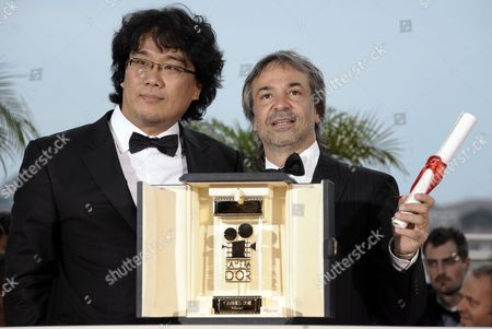 Argentine Director Pablo Giorgelli (r)poses with Camera D'or Jury President Korean Director Joon Ho Bong (l) After He Received the Camera D'or Trophy For 'Las Acacias' During the Award Winners Photocall on the Closing Day the 64th Cannes Film Festival in Cannes France 22 May 2011 France Cannes