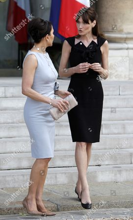 Gabonese First Lady Sylvia Bongo Ondimba (l) Chats with French Carla Bruni Sarkozy (r) at the Elysee Palace in Paris France 13 July 2010 After a Tea Reception with Several African Leaders Spouses Fourteen African Countries Will Be Honour Guest and Will Parade Beside the French Army on the Champs Elysees During the French Traditional Parade on 14 July 2010 France Paris