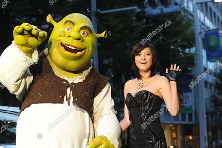 Japanese Actress Norika Fujiwara (c) with Shrek at the Green Carpet Ceremony of the Opening of the 23rd Tokyo International Film Festival in Tokyo Japan 23 October 2010 the Festival Continues Until 31 October Japan Tokyo