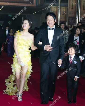 South Korean Actors Park Bo-young (l-r) Cha Tae-hyun and Wang Suk-hyun who Performed in the Movie 'Speed Scandal' by Director Hyeong-cheol Kang Arrive For the 30th Blue Dragon Film Awards at the Youido Kbs Hall in Seoul South Korea 02 December 2009 the Blue Dragon ('cheongryong') Awards is One of the Country's Two Major Film Awards Korea, Republic of Seoul