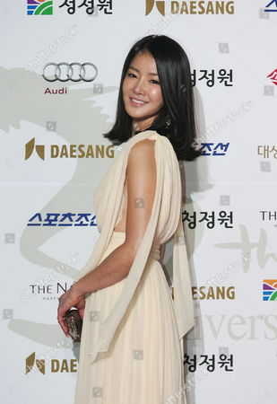 South Korean Actress Lee Si-young Who Performed in the Movie 'Hong Gil Dong' Arrives For the 30th Blue Dragon Film Awards at the Youido Kbs Hall in Seoul South Korea 02 December 2009 the Blue Dragon ('cheongryong') Awards Are One of the Country's Two Major Film Awards