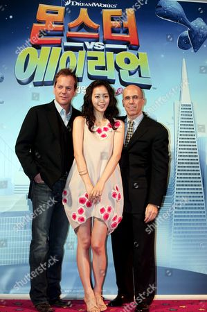 Us Actor Kiefer Sutherland (l) South Korean Actress Han Ye-seul (c) and Dreamworks Ceo Jeffrey Katzenberg (r) During the Premiere of 'Monsters Vs Aliens' (animation Movie) at Yongsan Cgv in Seoul South Korea 26 March 2009 the Movie is to Released in South Korea On 23 April 2009