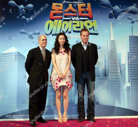 (l-r) Us Actor Kiefer Sutherland South Korean Actress Han Ye-seul and Dreamworks Ceo Jeffrey Katzenberg Pose at the Premiere of 'Monsters Vs Aliens' (animation Movie) at Yongsan Cgv in Seoul South Korea 26 March 2009 the Movie is to Released in South Korea On 23 April 2009
