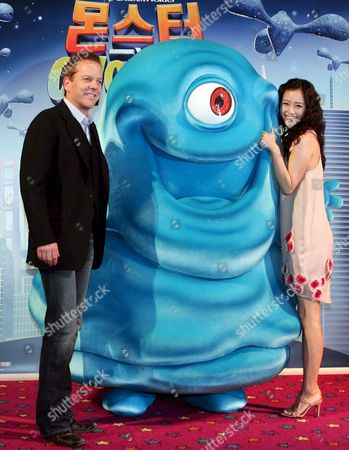 Us Actor Kiefer Sutherland and South Korean Actress Han Ye-seul Pose During the Premiere of 'Monsters Vs Aliens' (animation Movie) at Yongsan Cgv in Seoul South Korea 26 March 2009 the Movie is to Released in South Korea On 23 April 2009