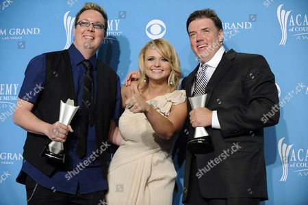 Us Musician Miranda Lambert (c) Winner of Album of the Year and Video of the Year Poses with Producers Mike Wrucke (l) and Frank Liddell (r) in the Press Room During the 45th Annual Academy of Country Music Awards in Las Vegas Nevada Usa 18 April 2010 the Academy of Country Music Awards Honor Excellence in Country Music United States Las Vegas