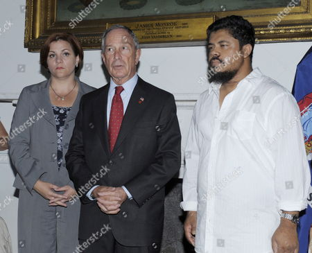 Ahmed Sharif (r) the Cab Driver who was Stabbed For Being Muslim Meets with New York City Mayor Michael Bloomberg (c) and Head of the City Council Christine Quinn at City Hall in New York Usa 26 August 2010 Michael Enright an Honors Student From Brewster New York is Accused of Attacking Sharif United States New York