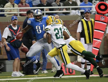 Detroit Lions Brandon Pettigrew Tries to Stay in Bounds in Front of Green Bay Packers Charles Woodson and a J Hawk During the First Half at Ford Field in Detroit Michigan Usa On 26 November 2009 the Detroit Lions Thanksgiving Day Game Tradition Dates Back to 1934