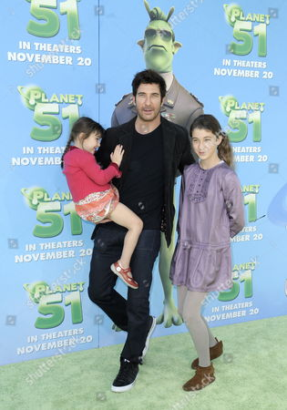 Us Actor Dylan Mcdermott (c) with Daughters Charlotte Rose (l) and Colette (r) Arrive For the Premiere of 'Planet 51' in Los Angeles California Usa 14 November 2009 'Planet 51' is an Animated Alien Adventure Comedy United States Los Angeles