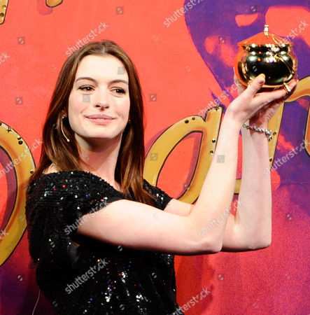 Actress Anne Hathaway Hold Her Pudding Pot Aloft Following the 2010 Hasty Pudding Theatricals Woman of the Year Award Ceremony in Cambridge Massachusetts Usa 28 January 2010 the Woman of the Year Award is Presented Annually to a Performer who Has Made a 'Lasting and Impressive Contribution to the World of Entertainment ' and Hathaway Joins Other Past Honorees Including Meryl Streep Katharine Hepburn Julia Roberts Jodie Foster Meg Ryan and Most Recently Renee Zellwegger United States Cambridge