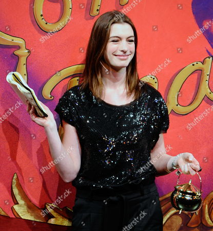Actress Anne Hathaway Reads Her Acceptance Speech While Holding Her Pudding Pot Following the 2010 Hasty Pudding Theatricals Woman of the Year Award Ceremony in Cambridge Massachusetts Usa 28 January 2010 the Woman of the Year Award is Presented Annually to a Performer who Has Made a 'Lasting and Impressive Contribution to the World of Entertainment ' and Hathaway Joins Other Past Honorees Including Meryl Streep Katharine Hepburn Julia Roberts Jodie Foster Meg Ryan and Most Recently Renee Zellwegger United States Cambridge