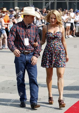 Us Singer Jewel (r) Arrives with Her Husband Ty Murray (l) at the Red Carpet Before the 94rd Indianapolis 500 Auto Race at the Indianapolis Motor Speedway in Indianapolis Indiana Usa 30 May 2010 United States Indianapolis