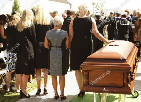 Wife Jill Vandenberg (r) and Family Pay Their Final Respects at Services For Her Husband American Film Actor Tony Curtis During His Memorial at Palm Mortuary in Las Vegas Usa 04 October 2010 the 85 Year Old Curtis Died at His Home of Cardiac Arrest on 29 September 2010 United States Henderson