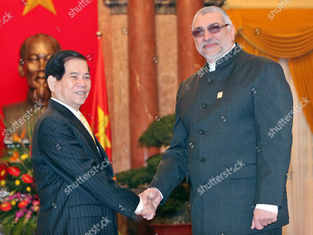 Paraguays President Fernando Lugo Mendez (r) and His Vietnamese Counterpart Nguyen Minh Triet (l) Shake Hands at the Presidential Palace in Hanoi Vietnam 09 March 2011 Lugo is on an Official Visit to Vietnam From 08 to 12 March 2011 Viet Nam Hanoi