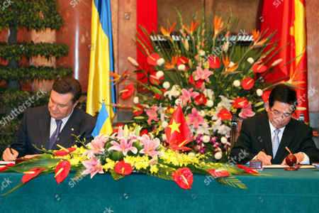Ukrainian President Viktor Yanukovych (l) and His Vietnamese Counterpart Nguyen Minh Triet (r) Sign the Joint Declaration on Development Cooperation - Comprehensive Partnership Between Vietnam and Ukraine at the Presidential Palace in Hanoi Vietnam 26 March 2011 Yanukovych is on an Official Visit to Vietnam From 25 to 27 March 2011 Viet Nam Hanoi