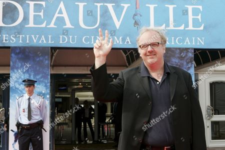 Us Director George Hickenlooper Makes the Victory Sign As He Arrives at the 33rd American Film Festival in Deauville France For the Presentation of His Film in Competition 'Factory Girl' 05 September 2007