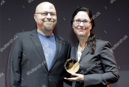 Us Director Karen Moncrieff (r) and the Producer Eric Karten with the Grand Prize at the 33rd American Film Festival of Deauville in Deauville France 09 September 2007