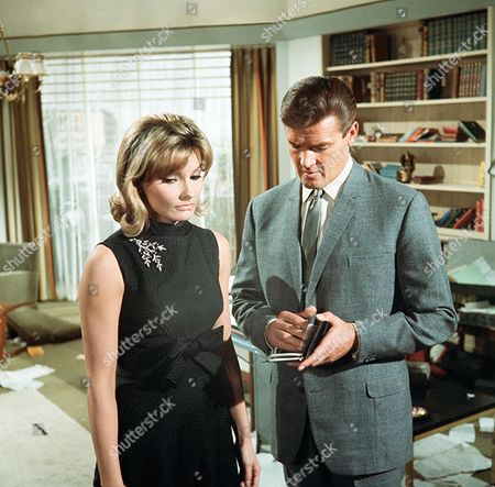 'The Saint'  - 'The Man Who Liked Lions' - Suzanne Lloyd, Roger Moore.