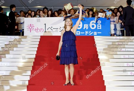 Us Actress and a Cast Member of the Us Film 'Nim's Island' Jodie Foster Waves at the Fans Upon Her Arrival at the Red Carpet Event Held to Promote the Film in Tokyo Japan 19 August 2008 Directed by Directors Mark Levin and Jennifer Flackett and Starring Jodie Foster and Abigail Breslin the Adventure-fantasy Film Based On the Book with the Same Title Tells a Story of a Young Girl Named Nim (breslin) and Alexandra Rover (foster)'s Adventure to Rescue Nim's Father Who Gets Lost in a Sea Storm the Movie Will Hit the Cinemas All Over Japan On 06 September 2008