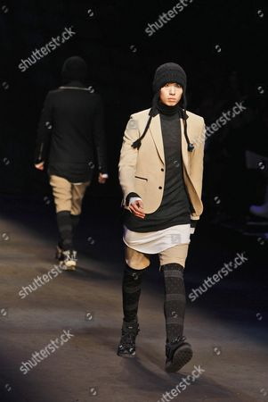 A Model Takes to the Catwalk Wearing a Creation by Choi Bum-suk During the 2010/11 Fall-winter Seoul Fashion Week in Seoul South Korea 26 March 2010 the Fashion Week Runs From 26 March to 01 April Korea, Republic of Seoul