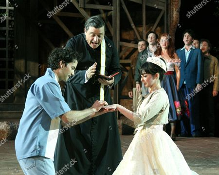 Stock Image of 'Romeo and Juliet'  - Nicholas Shaw ( Romeo ) Richard O'Callaghan ( Friar ) Laura Donnelly ( Juliet )