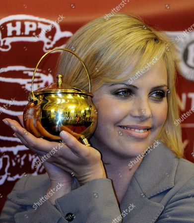 South African Actress Charlize Theron Holds Her 2008 Hasty Pudding Theatricals Woman of the Year Pudding Pot Following the Presentation of the Award On the Harvard University Campus in Cambridge Massachusetts Usa 7 February 2008 the Woman of the Year Award is Presented Annually to a Performer Who Has Made a 'Lasting and Impressive Contribution to the World of Entertainment ' and Theron Joins Other Past Honorees Including Meryl Streep Katharine Hepburn Julia Roberts Jodie Foster Meg Ryan Halle Berry and Most Recently Scarlett Johansson