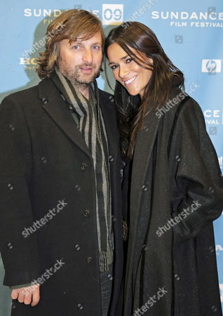 Australian Director Gregor Jordan and His Wife Simone (r) Arrive For the Premier of His Movie 'The Informers' at the 2009 Sundance Film Festival 22 January 2009 in Park City Utah This is the 25th Anniversary of the Festival Which Runs Through January 25th