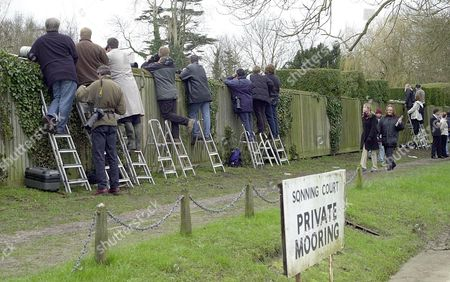 Sonning United Kingdom : Members of the British Media Along with Student Fans Try to Get a Glimpse of Singer Michael Jackson 07 March 2001 at the Home of Uri Geller Sonning Berkshire where Jackson was the Best Man For Geller As He Repeated His Marriage Vows to His Wife Hannah at Their Thamesside Home in Front of Invited Guests