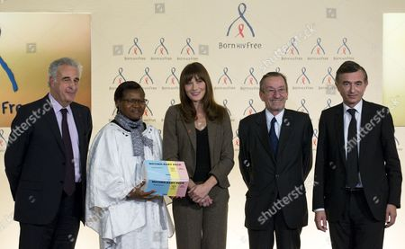 French First Lady Carla Bruni-sarkozy (c) Poses with Executive Director of the Global Fund to Fight Aids Tuberculosis and Malaria Professor Michel Kazatchkine (l) Doctor Esther Tallah (2nd L) President of Unicef France Jacques Hintzy (2nd R) President of the Executive Board of Unitaid Philippe Douste-blazy (r) After a News Conference For World Aids Day at the Marigny Hotel in Paris France 01 December 2010 France Paris