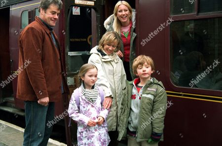 'Where The Heart Is'   TV   Series 9  Pictured: Anna (Denise Van Outen), Alistair (Gordon Kennedy). Callum (Beans Balawi), Estelle (Isabella parriss) and Rebecca (Lindsey Coulson).